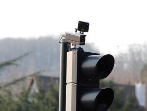 Pour contester un PV radar feu rouge, faites appel à Hello Avocat, qui vous dit tout du radar feu rouge : amende, fonctionnement…