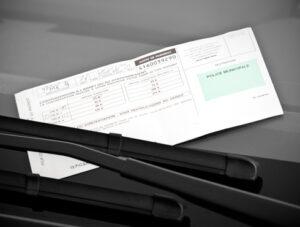 Qui dit contester amende stationnement dit délais à respecter et arguments à déployer : Hello Avocat vous explique comment contester une amende de stationnement.